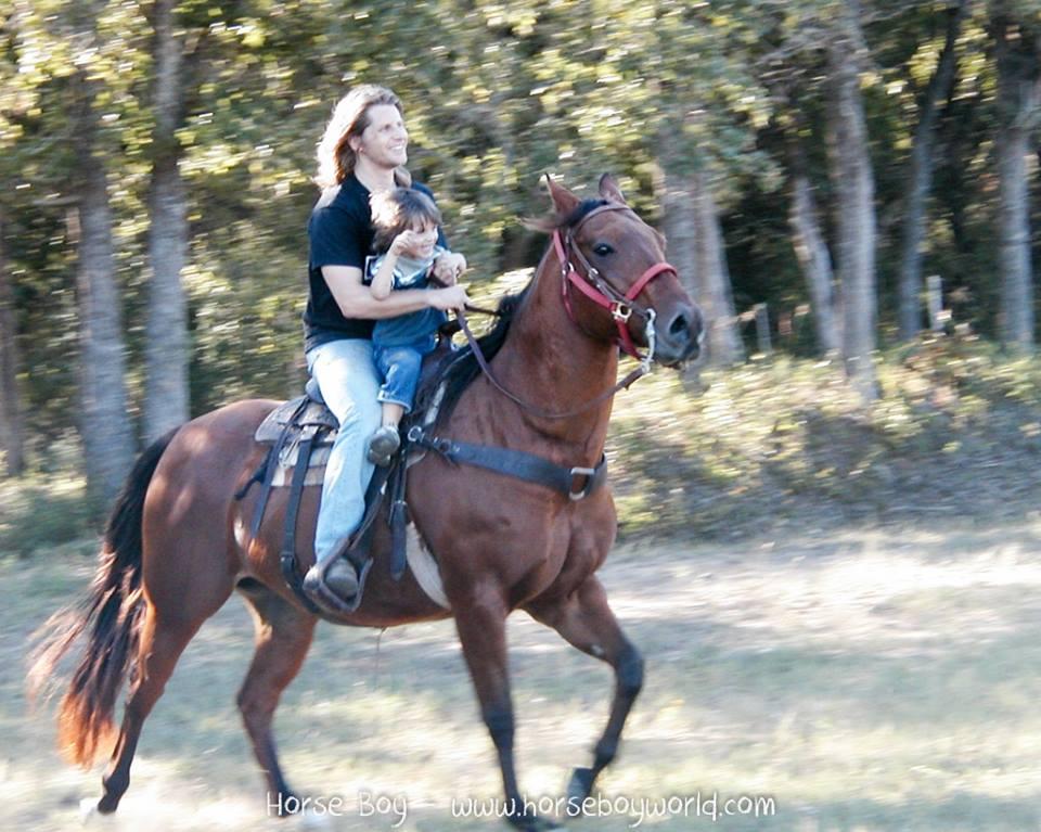 Rupert en Rowan samen in het zadel: het begin van de Horseboy Method